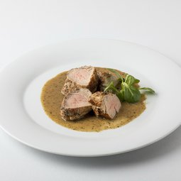 Grilled pork tenderloin in coarse spices with cream-pepper sauce