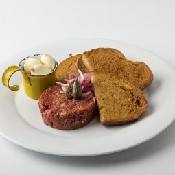 Beef tartar with fried bread and garlic